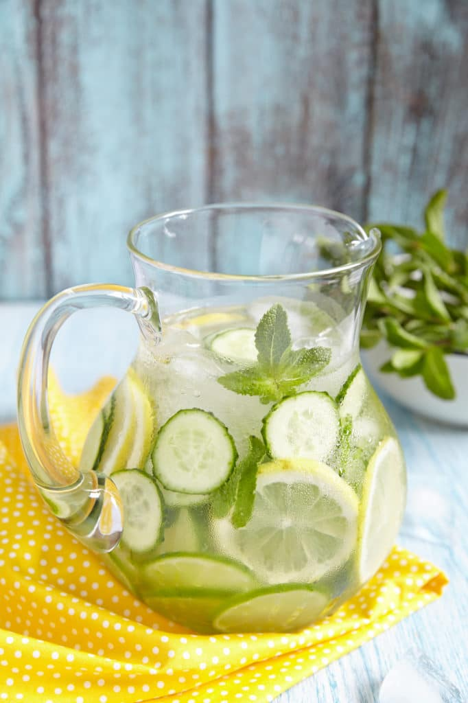 cucumber water with lemon